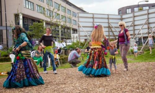 buikdanseres-Sadiya-en-Hadyr-publiek-danst-mee-opening-stadstuin-Allegro-mei-2014